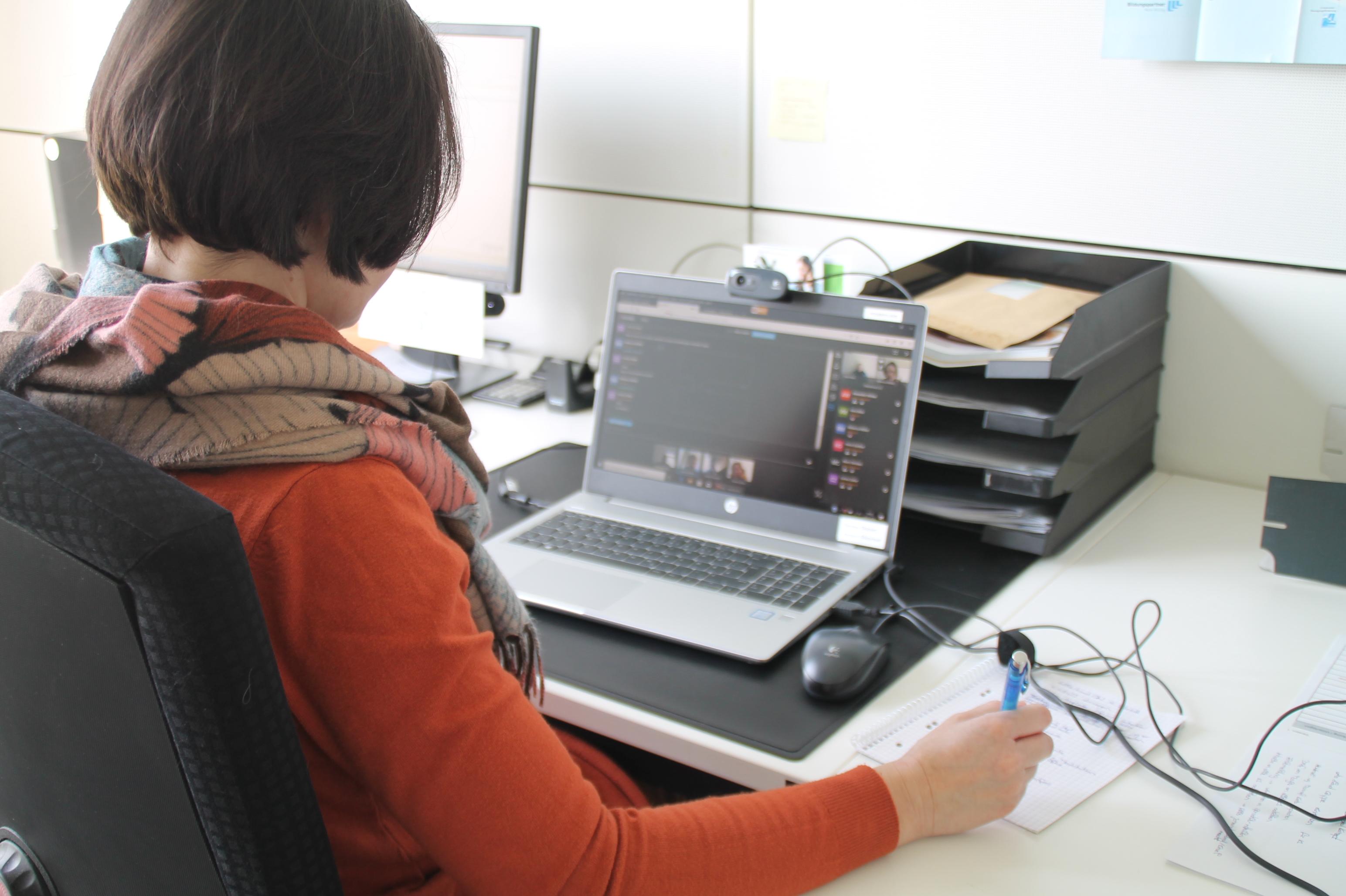 Das vhs-Team stellt in regelmäßigen Videokonferenzen ein umfangreiches Online-Programm zusammen.